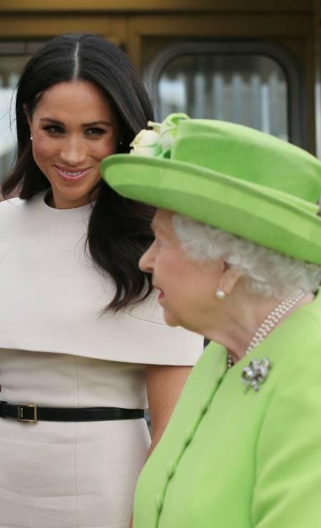 A rainha e Meghan em Cheshire Foto: PETER BYRNE / AFP