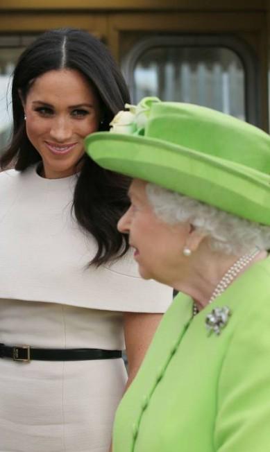 A rainha e Meghan em Cheshire PETER BYRNE / AFP