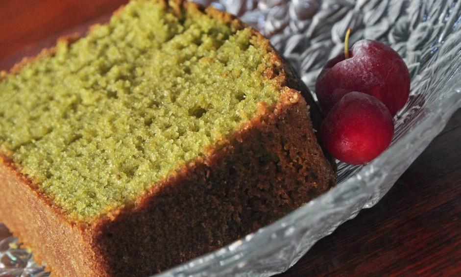 Azumi. O bolo de matchá é servido com sorvete de creme, o bolo leva chá verde japonês na receita e nadinha de leite Foto: RioArtCom / Divlgação