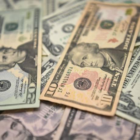 Dólar se mantém na faixa dos R$ 3,70 com intervenções do BC e cautela dos investidores Foto: Ozan Kose/AFP