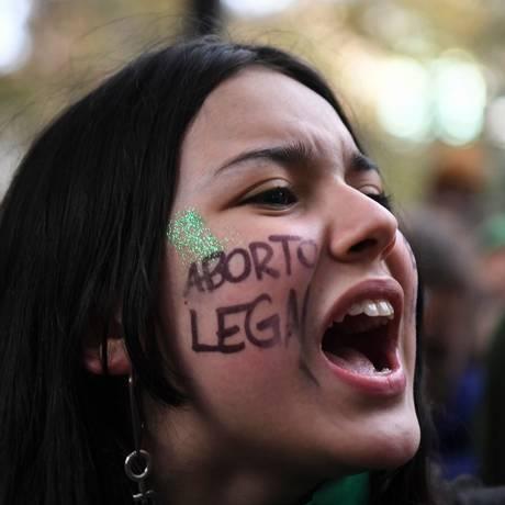 Manifestantes pró-aborto alegam que proibição provoca a morte de mulheres que buscam cirurgias clandestinas Foto: EITAN ABRAMOVICH / AFP