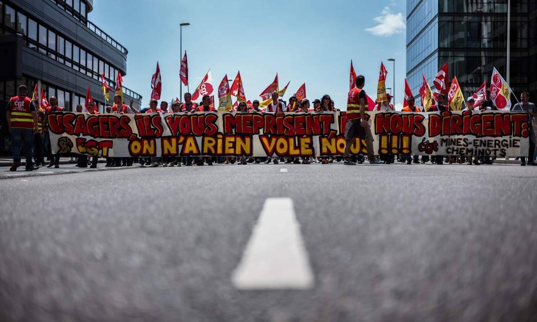 Trabalhadores ferroviários protestam em Lyon, na terça-feira Foto: JEFF PACHOUD / AFP
