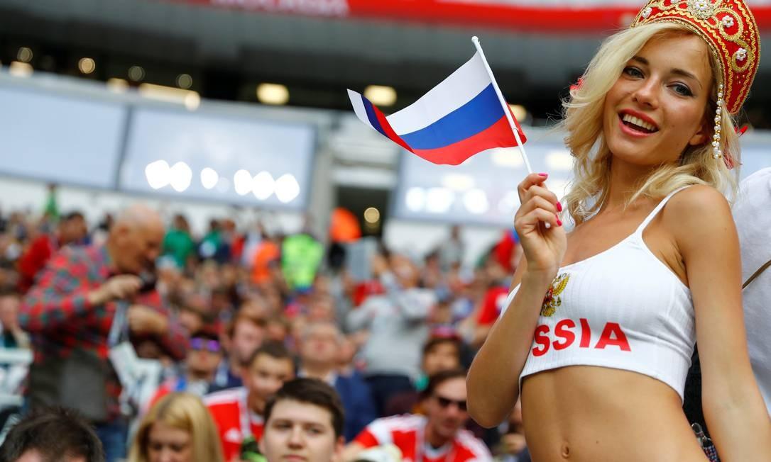 Torcedora russa posa antes da partida de abertura KAI PFAFFENBACH / REUTERS