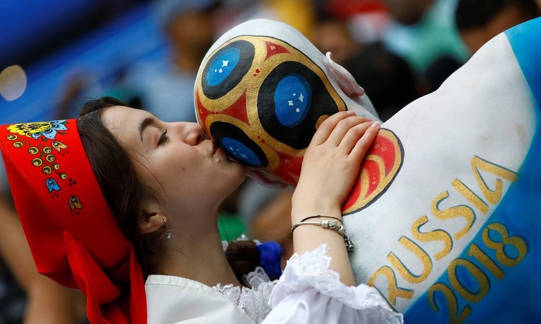 A plateia deu um show à parte no estádio: torcedora beija homem com o corpo pintado KAI PFAFFENBACH / REUTERS