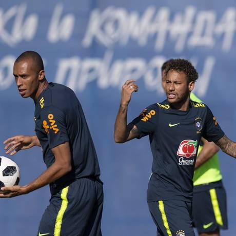 Miranda e Neymar no treino dessa quinta Foto: Alexandre Cassiano / Agência O Globo