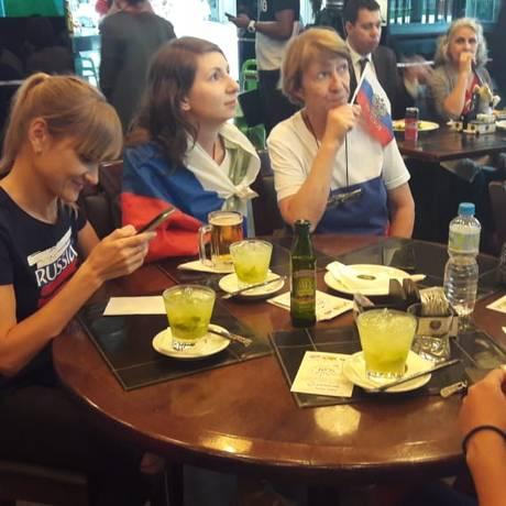 Russos acompanham a partida de sua seleção em restaurante de Copacabana Foto: Pedro Zuazo / Agência O Globo