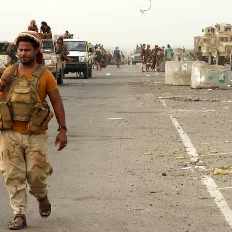 Combatentes pró-governo iemenita chegam à região próxima ao porto de Hodeida Foto: NABIL HASSAN / AFP