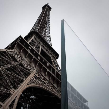 A Torre Eiffel, em Paris, ganhou um muro de vidro como parte de um sistema de proteção anti-terrorismo Foto: PHILIPPE LOPEZ / AFP/14-6-2018