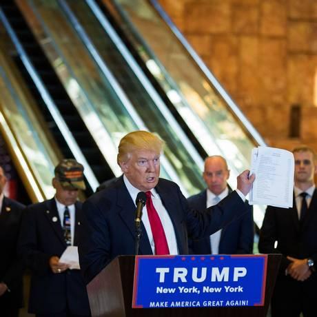 Donald Trump segura lista de caridades envolvidas em arecadação de dinheiro para veteranos em maio de 2016, durante a corrida à Casa Branca Foto: DAMON WINTER / NYT