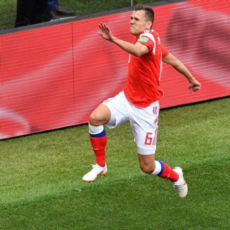 Denis Cheryshev comemora seu segundo gol durante partida de abertura da Copa 2018 Foto: MLADEN ANTONOV / AFP