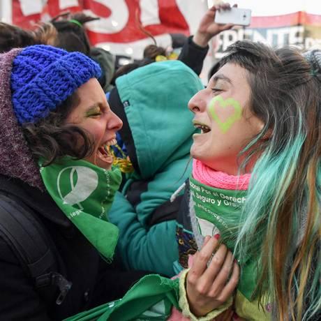 Mulheres a favor da legalização do aborto comemoram decisão da Câmara na Argentina Foto: EITAN ABRAMOVICH / AFP