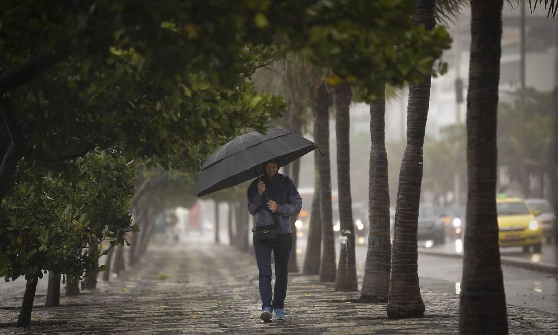 Cariocas precisaram sair de casa agasalhados e com guarda-chuva em mãos após a queda na temperatura Pablo Jacob / Agência O Globo