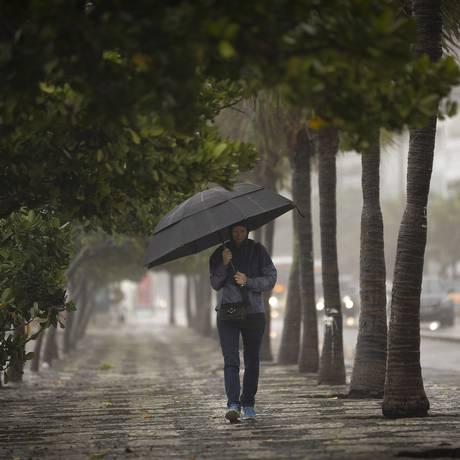 Cariocas precisaram sair de casa agasalhados e com guarda-chuva em mãos após a queda na temperatura Foto: Pablo Jacob / Agência O Globo