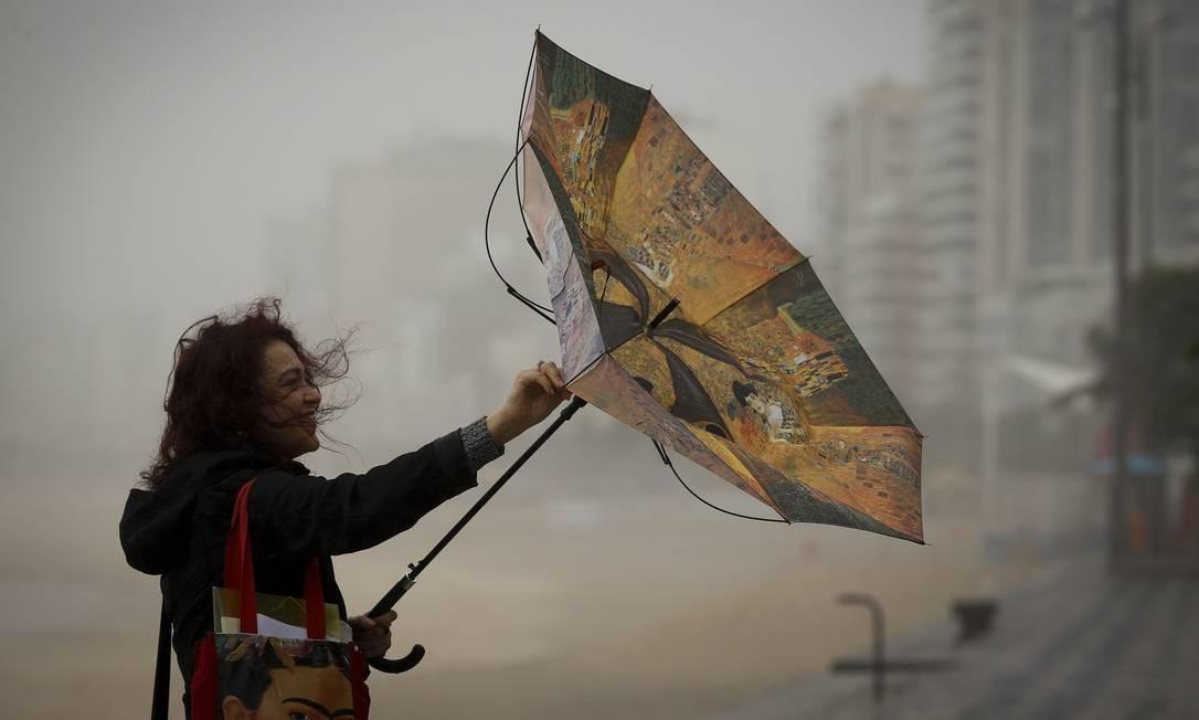 Frente fria derruba a temperatura no Rio de Janeiro, e o vento forte registrado em alguns bairros surpreendeu os cariocas nesta quinta-feira Pablo Jacob / Agência O Globo