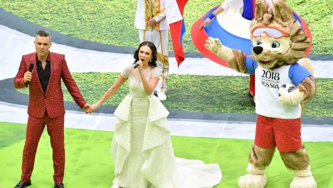 O astro pop inglês Robbie Williams e a soprano russa Aida Garifullina na cerimônia de abertura da Copa, em Moscou Foto: MLADEN ANTONOV / AFP