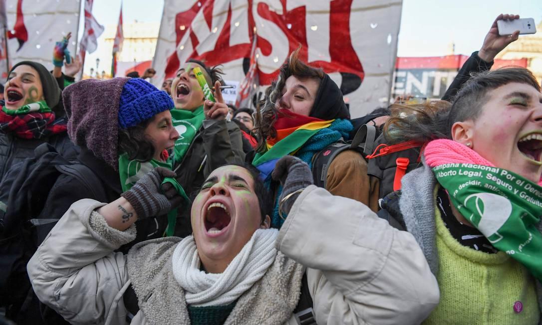 Argentinas pró-legalização comemoram resultado da votação na Câmara Foto: EITAN ABRAMOVICH / AFP