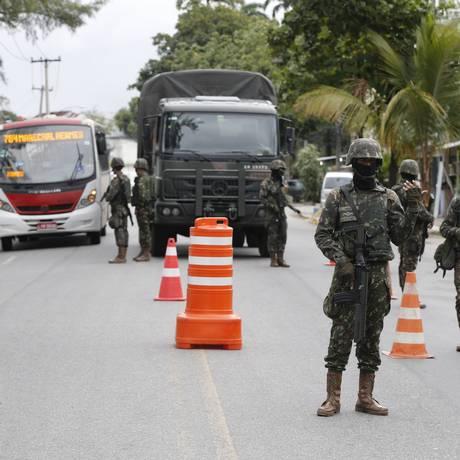 Militares nos acessos à comunidade do Batan Foto: Domingos Peixoto / Domingos Peixoto