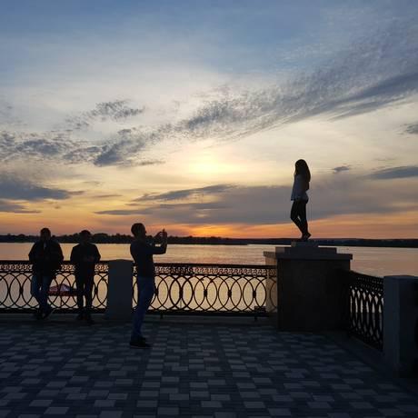 Em Samara, russos aproveitaram ocalor de 20 graus para caprichar nas fotos de pôr de sol e selfies variadas Foto: Agência O Globo / Tatiana Furtado