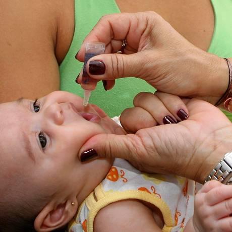 Criança é vacina contra a pólio em ação de uma das campanhas nacionais no Rio: cobertura em queda preocupa Foto: Simone Marinho/25-08-2007
