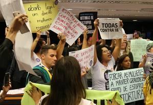 anifestação durante discussão e votação da PEC 181 na Comissão Especial Foto: Givaldo Barbosa / Agência O Globo