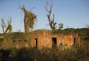 Casa em ruínas no distrito de Bento Rodrigues, afetado pelo rompimento da barreira Foto: Márcia Foletto / Agência O Globo
