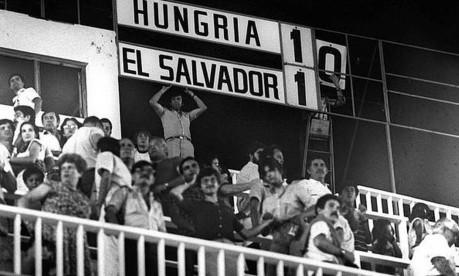 Hungria 10 x 1 El Salvador. Placar do Nuevo Estádio, em Elche, fica pequeno para a goleada húngara sobre a frágil salvadorenha, na estreia das duas equipes na Copa da Espanha Foto: 15/06/1982 / Reprodução