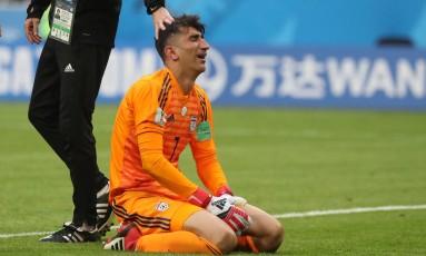 Alireza Beiranvand, goleiro do Irã, chora após vitória sobre o Marrocos na Copa do Mundo Foto: PILAR OLIVARES / REUTERS