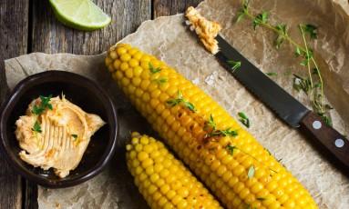 Milho à cubana: assado, com maionese e limão Foto: Shutterstock