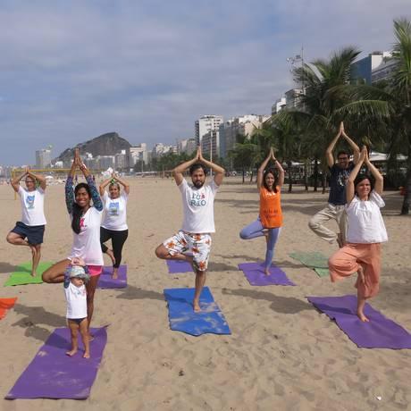 Conexão universal. Praticantes do Arte de Viver, que promove este mês eventos na Praia de Copacabana Foto: Patricia de Paula