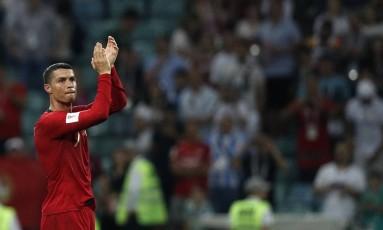 Cristiano Ronaldo comemora um dos seus gols na partida contra a Espanha, na estreia da Copa do Mundo Foto: ADRIAN DENNIS / AFP