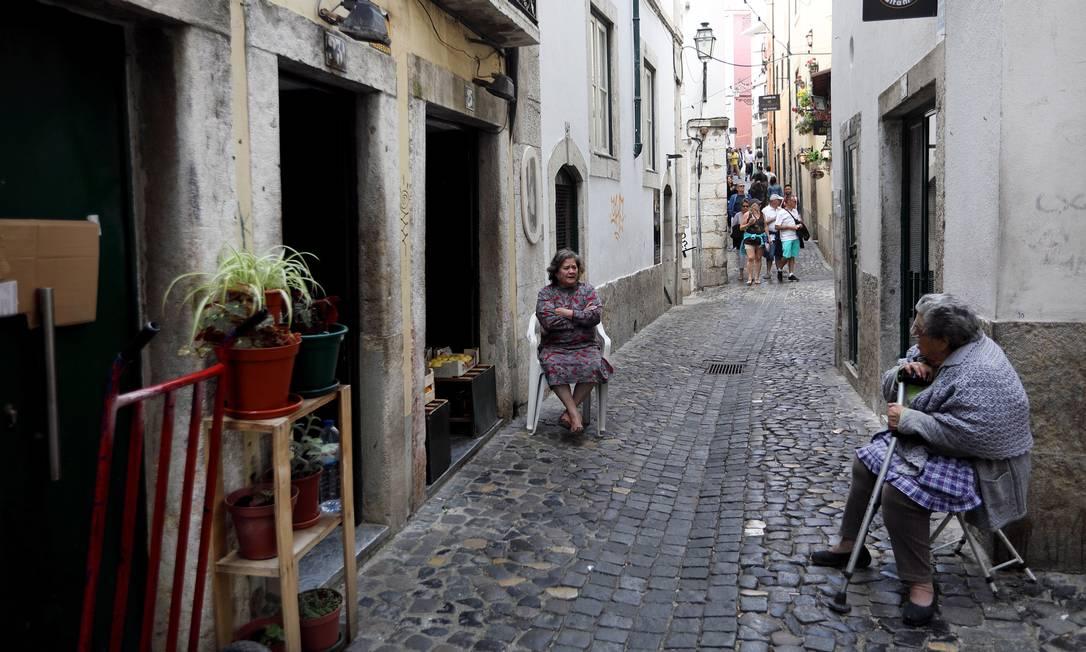 Moradores idosos na Alfama, em Lisboa: população portuguesa está envelhecida e encolhe há nove anos consecutivos Foto: ANA BRIGADA / The New York Times