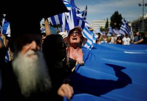 Manifestante prosteta contra o acordo firmado por Grécia e Macedônia para por fim à disputa sobre o nome da antiga república da Iugoslávia, na sexta-feira, em Atenas Foto: ALKIS KONSTANTINIDIS / REUTERS/15-6