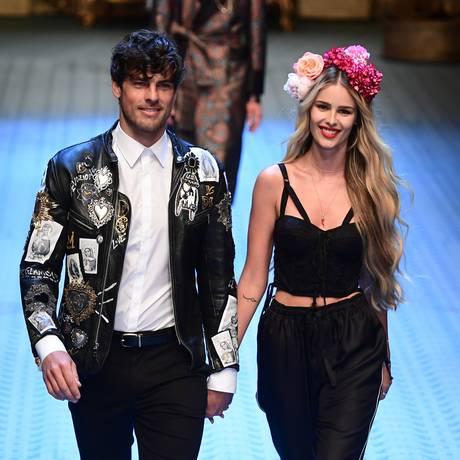 Evandro Soldati e Yasmin Brunet: casal desfilou juntinho pela Dolce & Gabbana Foto: MIGUEL MEDINA / AFP