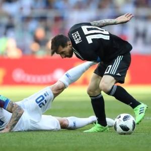 Estádio do Spartak em Moscou. Lionel Messi em ação contra a Islândia de Emil Hallfredsson. O Jogo terminou empatado em 1x1 e o argentino perdeu um penlati. Foto: CARL RECINE / REUTERS
