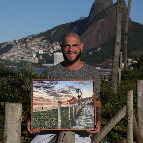 Fotógrafo registra com o celular o melhor da paisagem carioca Foto: Custódio Coimbra / Agência O Globo