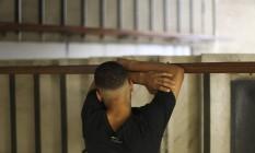 O adolescente B., que abandonou a escola em abril de 2017, cometeu um assalto em agosto, quase morreu num acidente e acabou preso: ele voltou a estudar, está trabalhando e ficará em regime de semiliberdade. Foto: Márcia Foletto / Agência O Globo