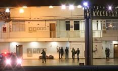 Agentes da PF conduzem presos durante Operação Hashtag Foto: André Coelho / Agência O Globo