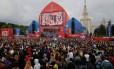 Turistas lotam praça em Moscou na abertura da Fan Fest: tudo mais caro Foto: MAXIM ZMEYEV / AFP