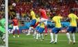 Zuber empurra Miranda para marcar o gol do empate da Suíça contra o Brasil Foto: MARKO DJURICA / REUTERS