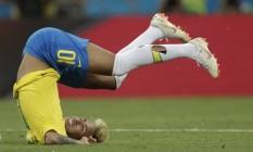 Neymar em uma de suas muitas quedas durante o jogo contra a Suíça Foto: Pedro Martins / MoWA Press / Agência O Globo