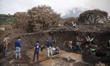 Moradores continuam a procurar por parentes mesmo com fim das buscas oficiais Foto: LUIS ECHEVERRIA / REUTERS