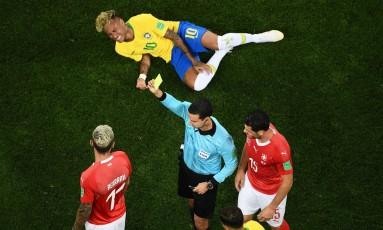 Neymar foi o principal alvo de faltas dos suiços Foto: JEWEL SAMAD / AFP