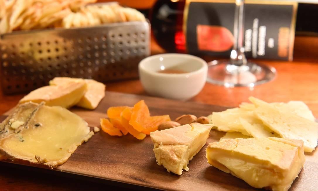 Esplanada Grill. São três as opções de tábuas: de queijos (R$ 47), com quatro tipos artesanais diferentes geleia de damasco e amêndoas torradas no sal, a de Frios (R$ 47), com quatro tipos, pinolis e cornichons, e a mista (R$ 64), com três queijos e três frios. Rua Barão da Torre 600, Ipanema (2239-6028) Foto: Bruno de Lima / Divlgação