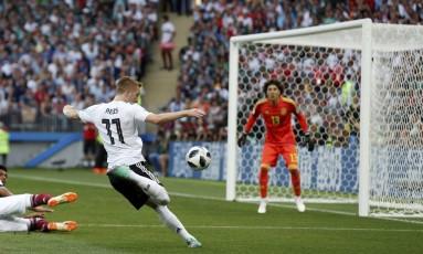 O alemão Marco Reus chuta a bola na derrota para o México na estreia Foto: Marcelo Theobald / Agência O Globo