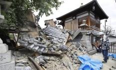 Parte de um templo foi destruído pelo terremoto em Ibaraki Foto: KYODO / REUTERS