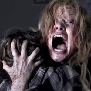 'BABADOOK' (2014). Após a morte do marido, uma mulher precisa cuidar sozinha do filho, que começa a ter visões de um monstro. O filme de Jennifer Kent usa o gênero para examinar a ansiedade causada pela maternidade. Foto: Divulgação