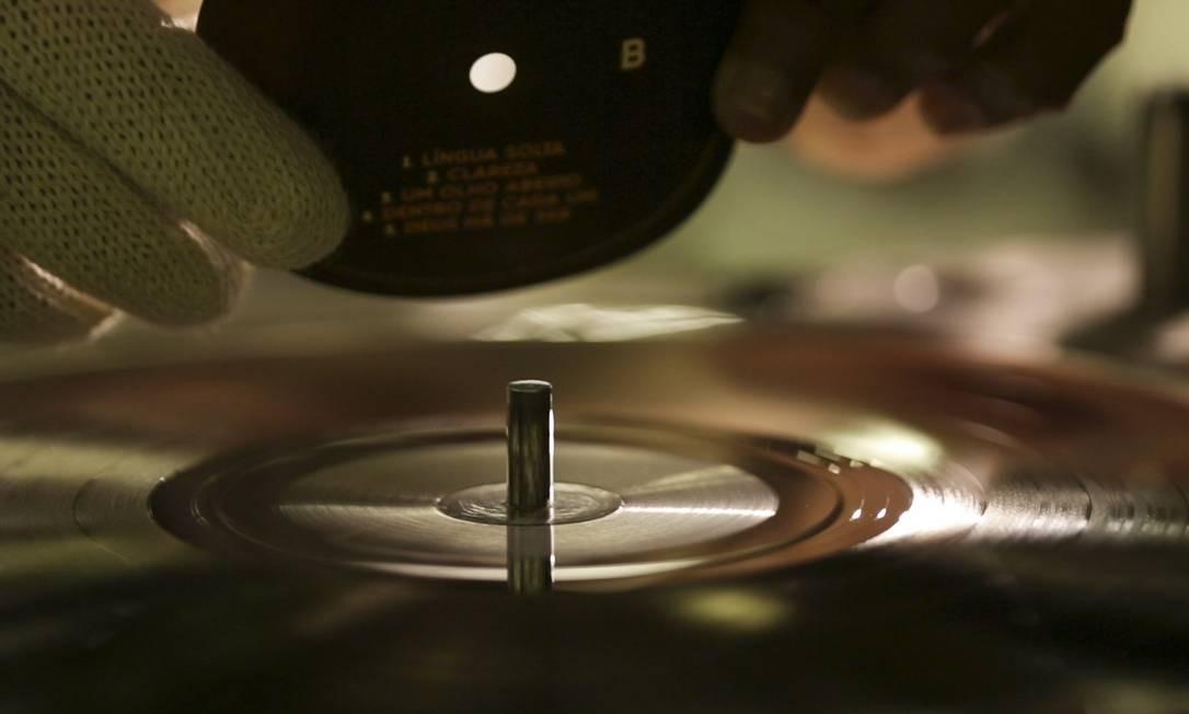 Vinil 70 anos: veja como a Polysom fabrica discos de vinil em Belford Roxo