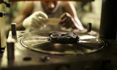 Funcionário da Polysom, em Belford Roxo, fabrica um disco de vinil Foto: Fernando Lemos