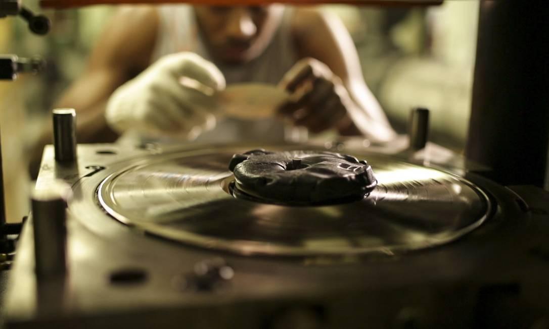 Funcionário da Polysom, em Belford Roxo, fabrica um disco de vinil