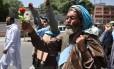 Peregrino afegão comemora em dia que marcha atingiu capital do país, Cabul Foto: WAKIL KOHSAR / AFP